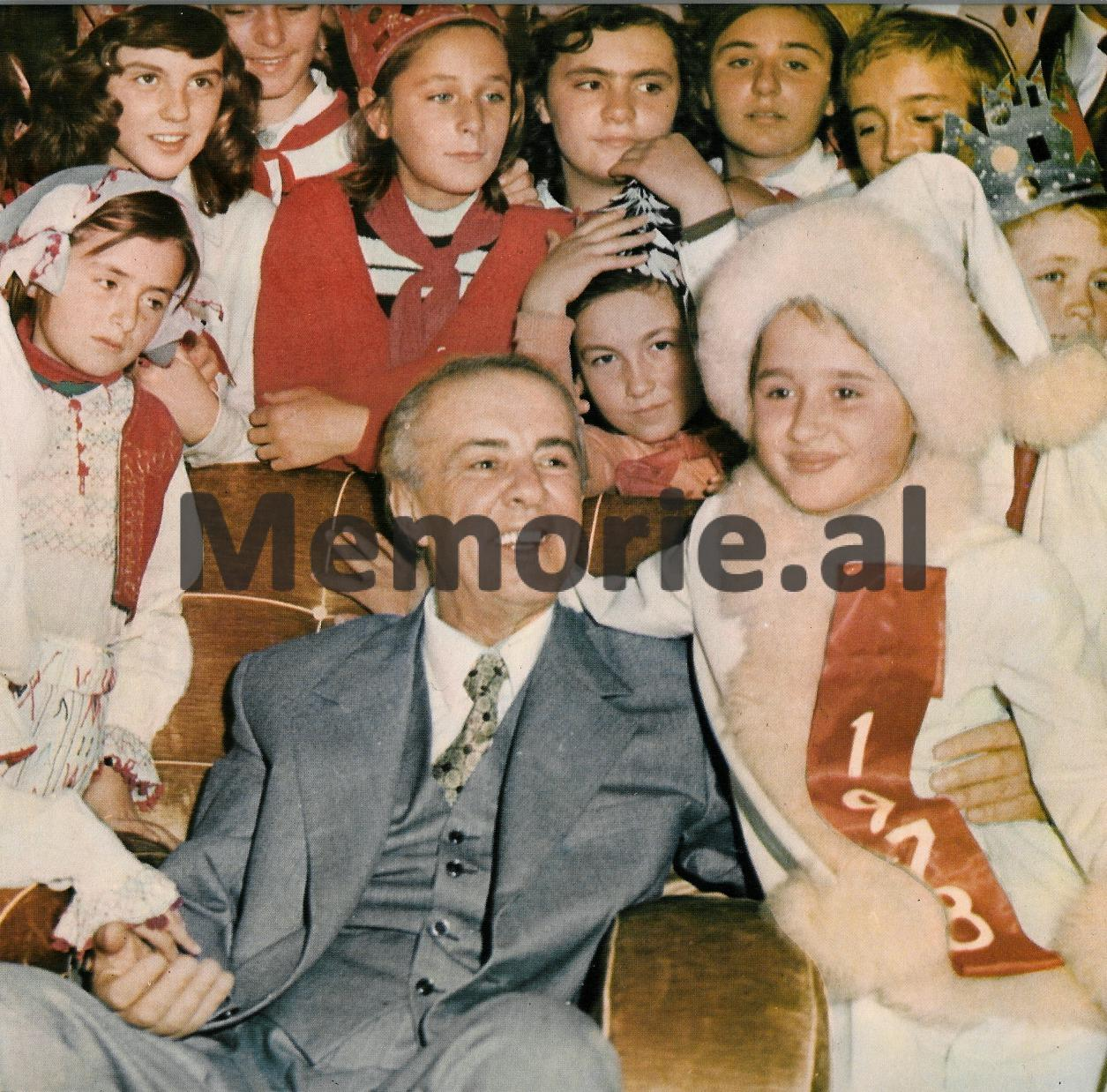 Fund-dhjetori-1977-duke-festuar-Vitin-e-Ri-me-yllkat-e-fatosat-e-Shqipërisë-Copy