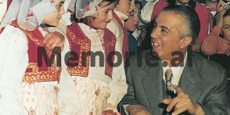 Në-mesin-e-pionerëve-në-festën-e-Vitit-të-Ri-dhjetor-1977-750x375
