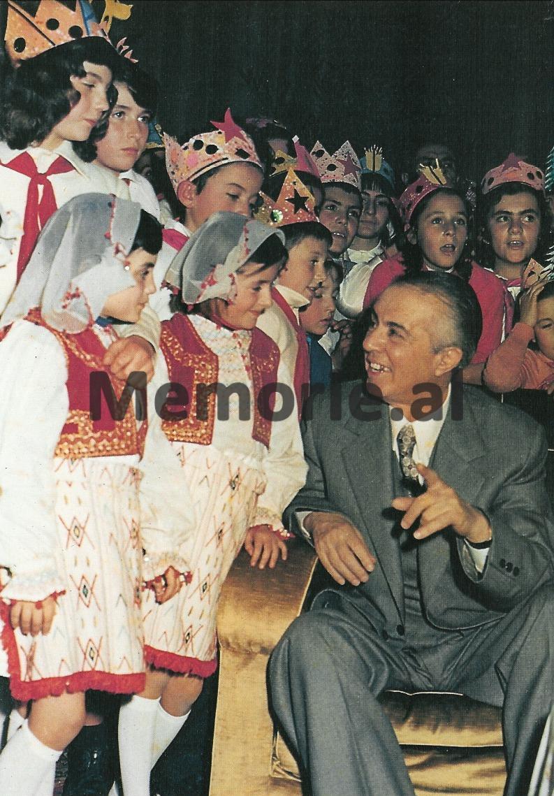 Në-mesin-e-pionerëve-në-festën-e-Vitit-të-Ri-dhjetor-1977
