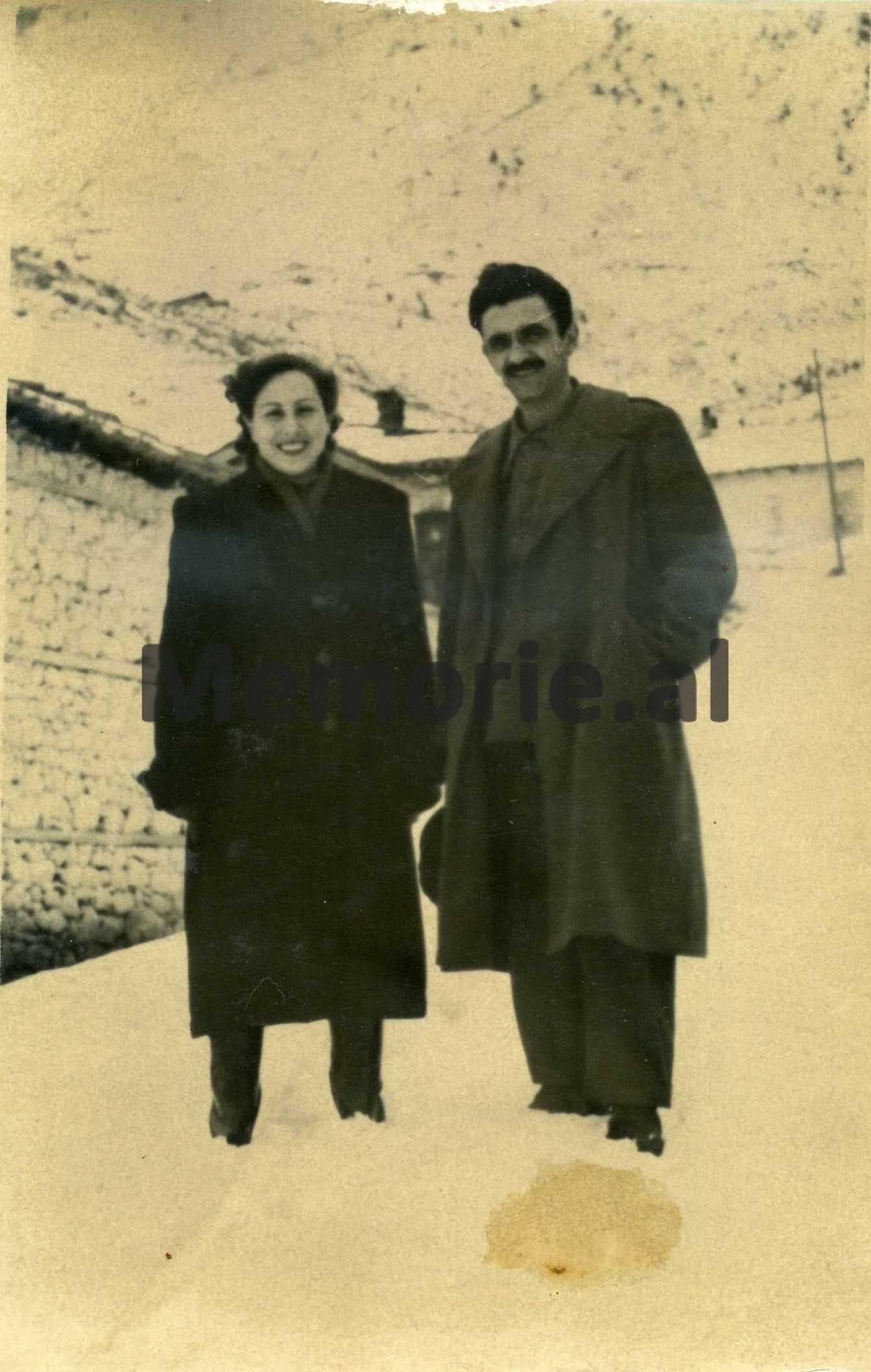 Me-bashkeshorten-Vezire-Batalli-Manço.-Bulqize-1958