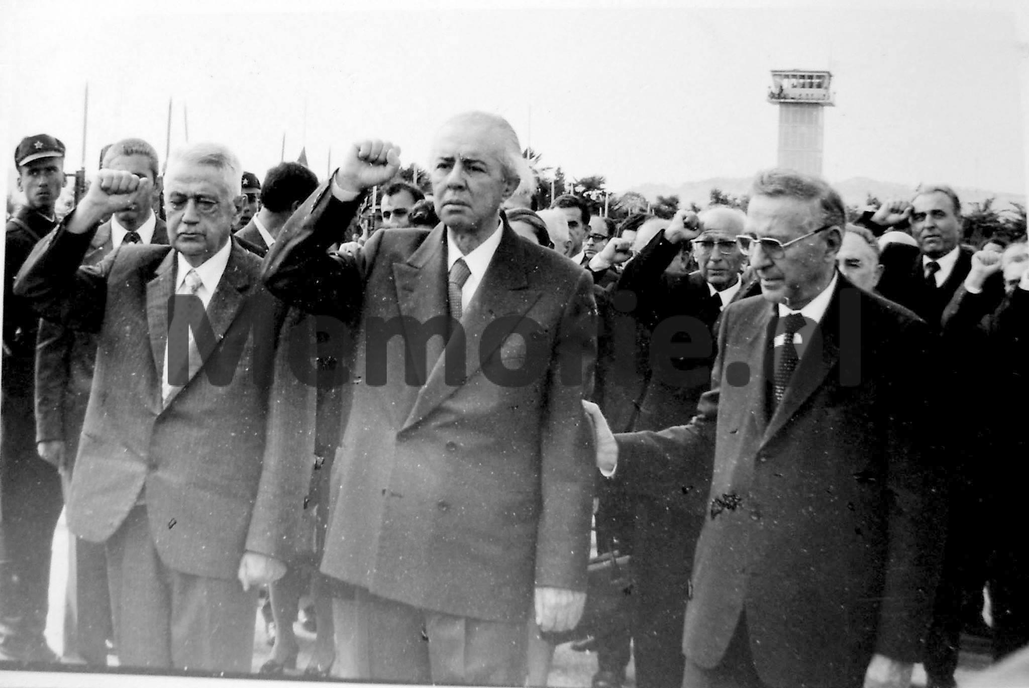 Enver-Hoxha-Mehmet-Shehu-Haxhi-Lleshi-dhe-Byroja-Politike-duke-nderuar-trupin-e-pajete-te-Hysni-Kapos.-1979