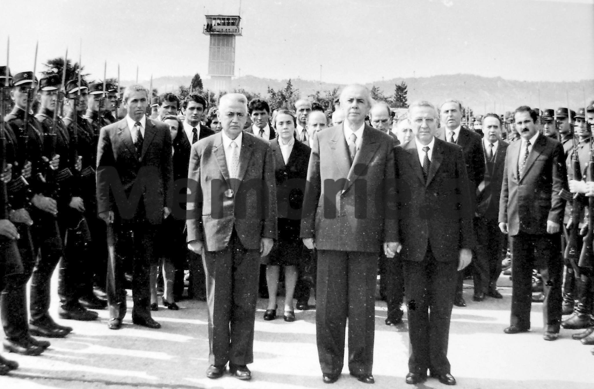 Enver-Hoxha-Mehmet-Shehu-Haxhi-Lleshi-dhe-Byroja-Politike-duke-pritur-trupin-e-pajete-te-Hysni-Kapos.-1979