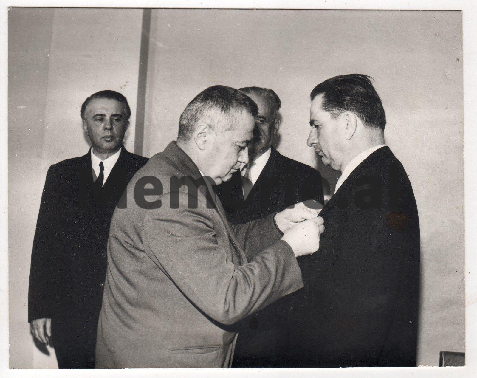 Enver-Hoxha-Myslym-Peza-Haxhi-Lleshi-duke-dekoruar-Hysni-Kapon-me-rastin-e-50-vjetorit-te-lindjes-se-tij.-1965