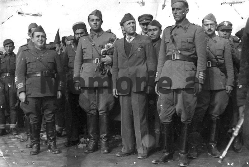 Mehmet-Shehu-Koçi-Xoxe-Baba-Faja-Martaneshi-Enver-Hoxha-Omer-Nishani-Marcus-Lyon-Medar-Shtylla-Myslym-Peza-Haxhi-Lleshi-Thomas-Stefan-duke-hyre-ne-Tiranen-e-posaçliruar.-Nentor-1944