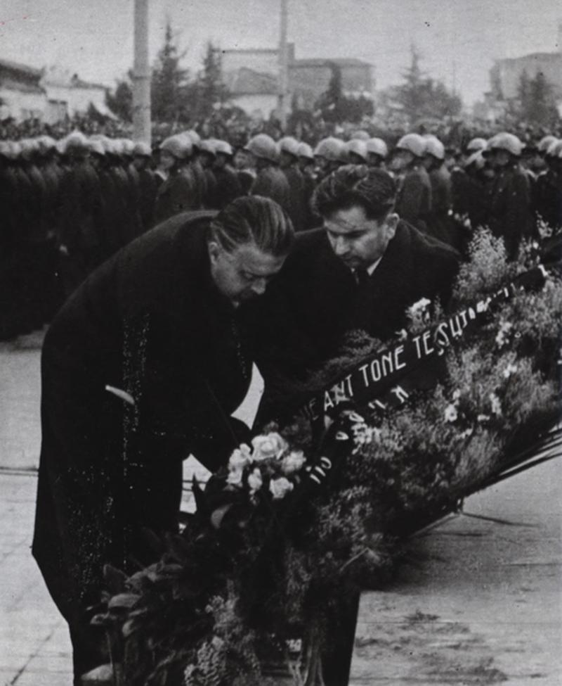 Enver Hoxha dhe Hysni Kapo, duke vendosur lule pranë monumentit të Stalinit