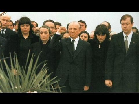 Ramiz Alia, duke u betuar përpara varrit të Enver Hoxhës