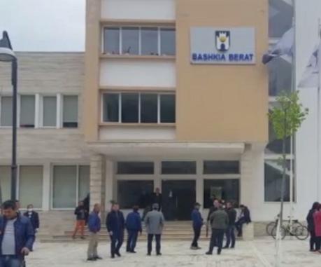 5-vjeçari humbi jetën pas lojërave me dritat në parkun e qytetit, arrestohen 2 zyrtarë të Bashkisë Berat, nën hetim dhe 4 elektricistë (EMRAT)