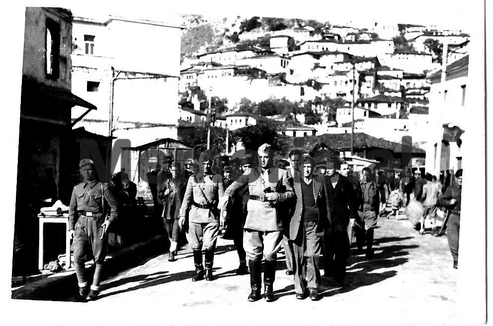 Enveri-Omeri-ne-Berat-1944