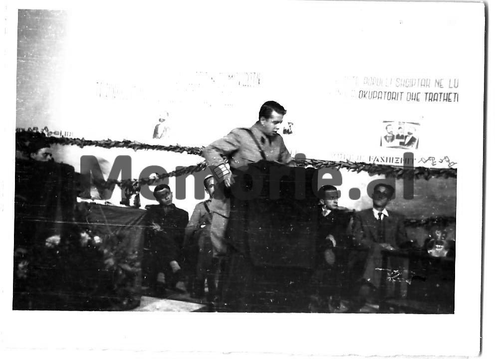 Enveri-duke-folur-ne-Pleniumin-e-Beratit-1944