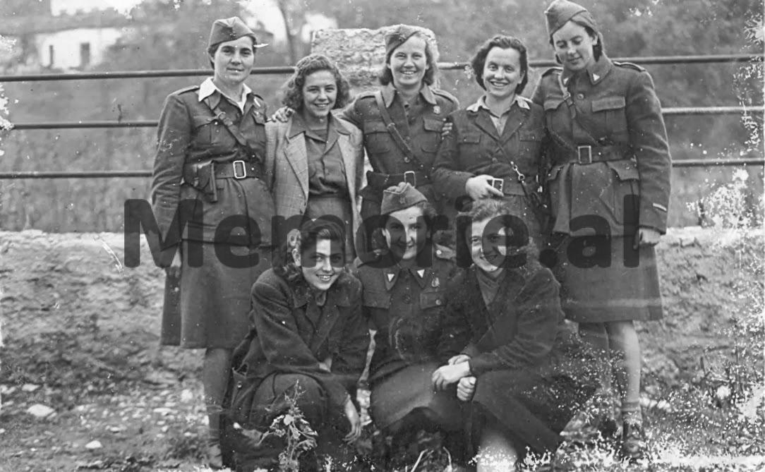 Vito-Kapo-Naxhije-Duma-Liri-Gega-dhe-Fiqrete-Sanxhaktari-se-bashku-me-disa-vajza-jugosllave