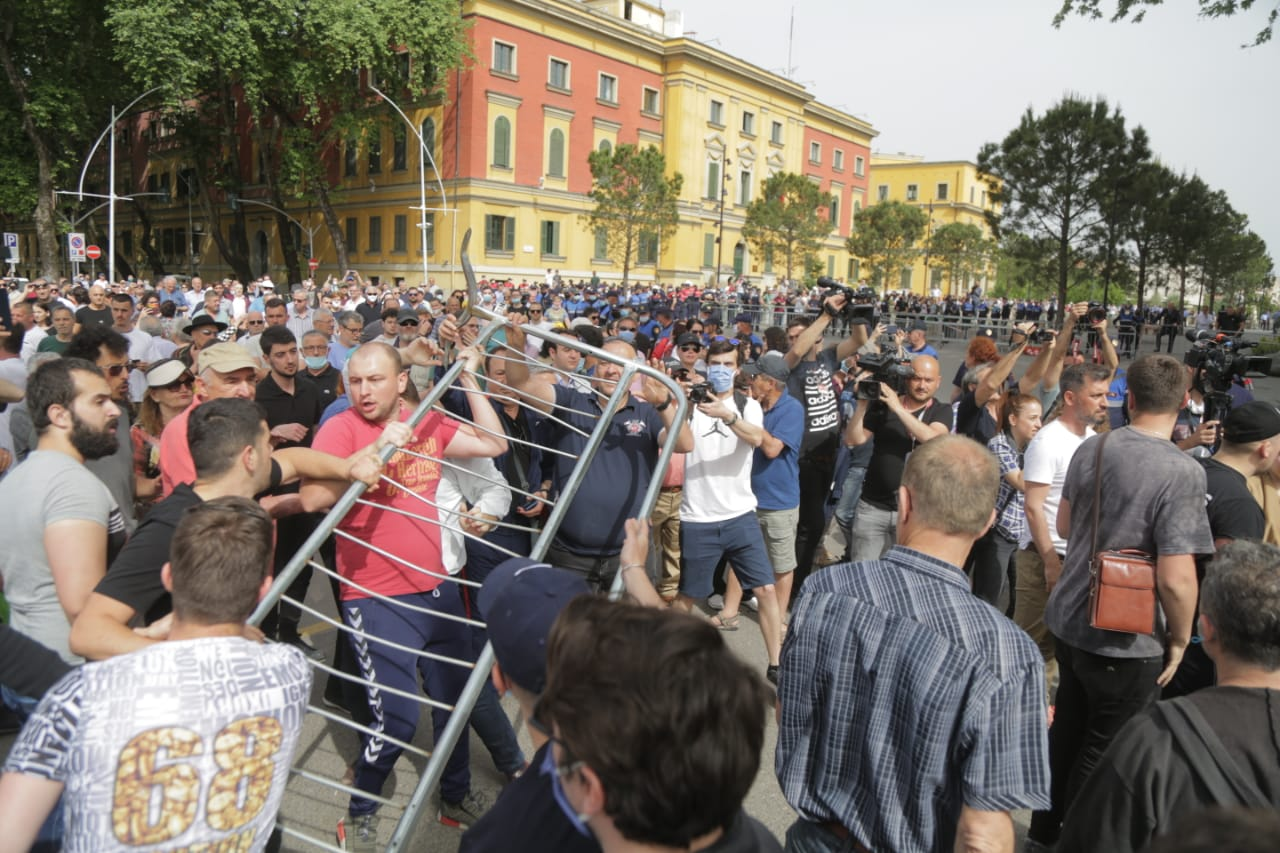 perplasja-protesta-Teatri-dhuna-policia-konfikti-goditjet (10)