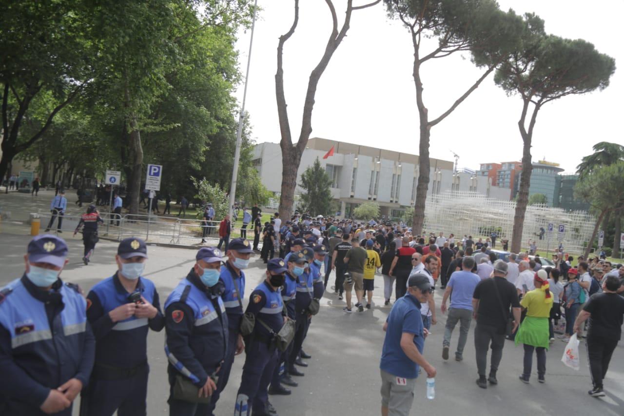perplasja-protesta-Teatri-dhuna-policia-konfikti-goditjet (12)