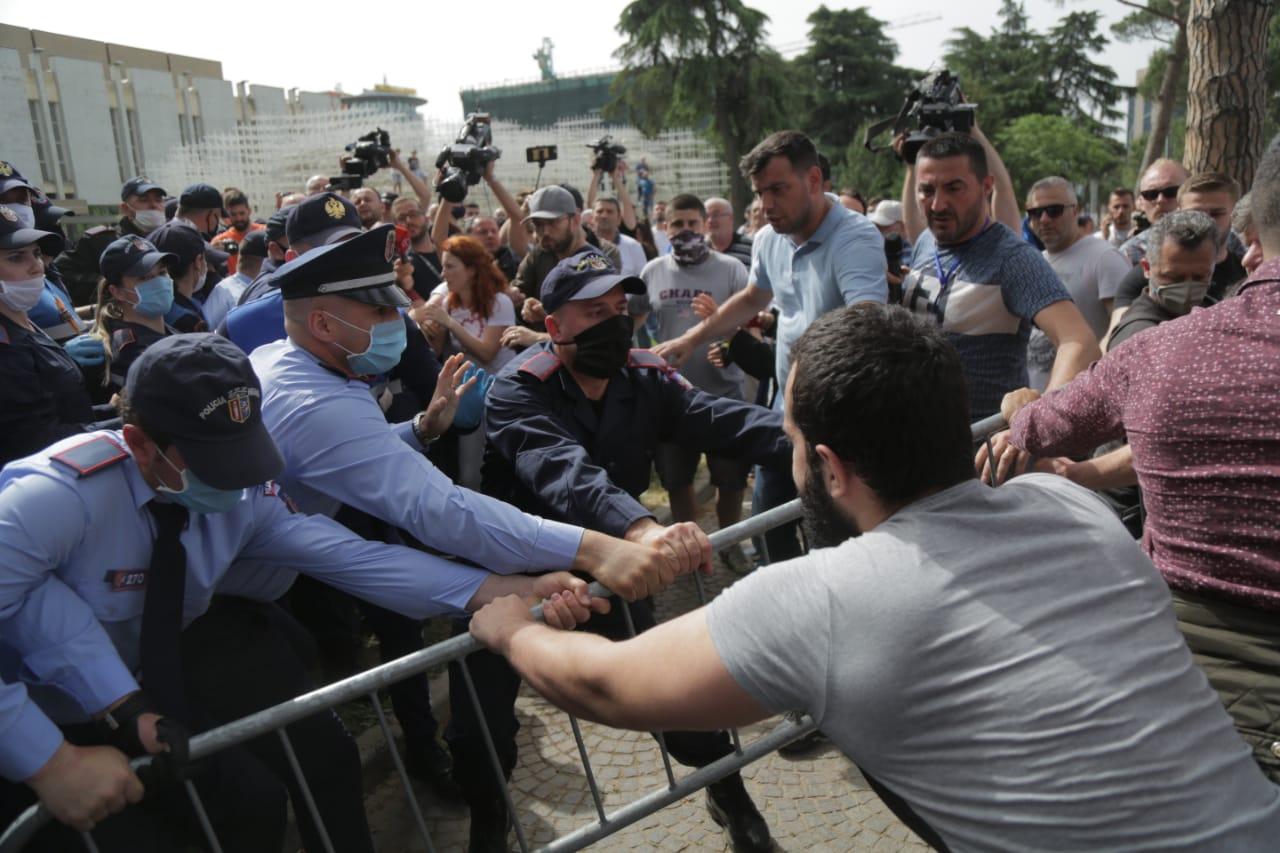 perplasja-protesta-Teatri-dhuna-policia-konfikti-goditjet (13)