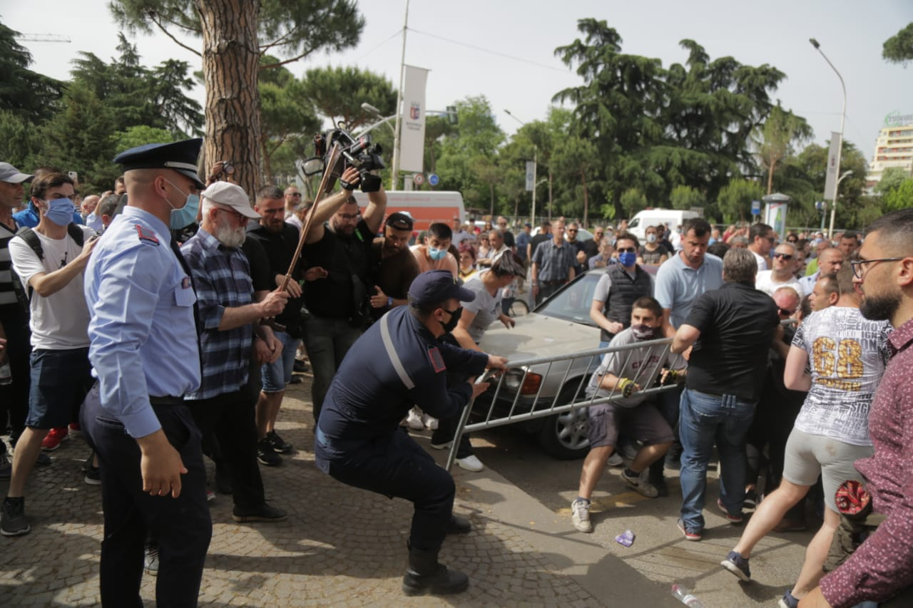perplasja-protesta-Teatri-dhuna-policia-konfikti-goditjet (14)