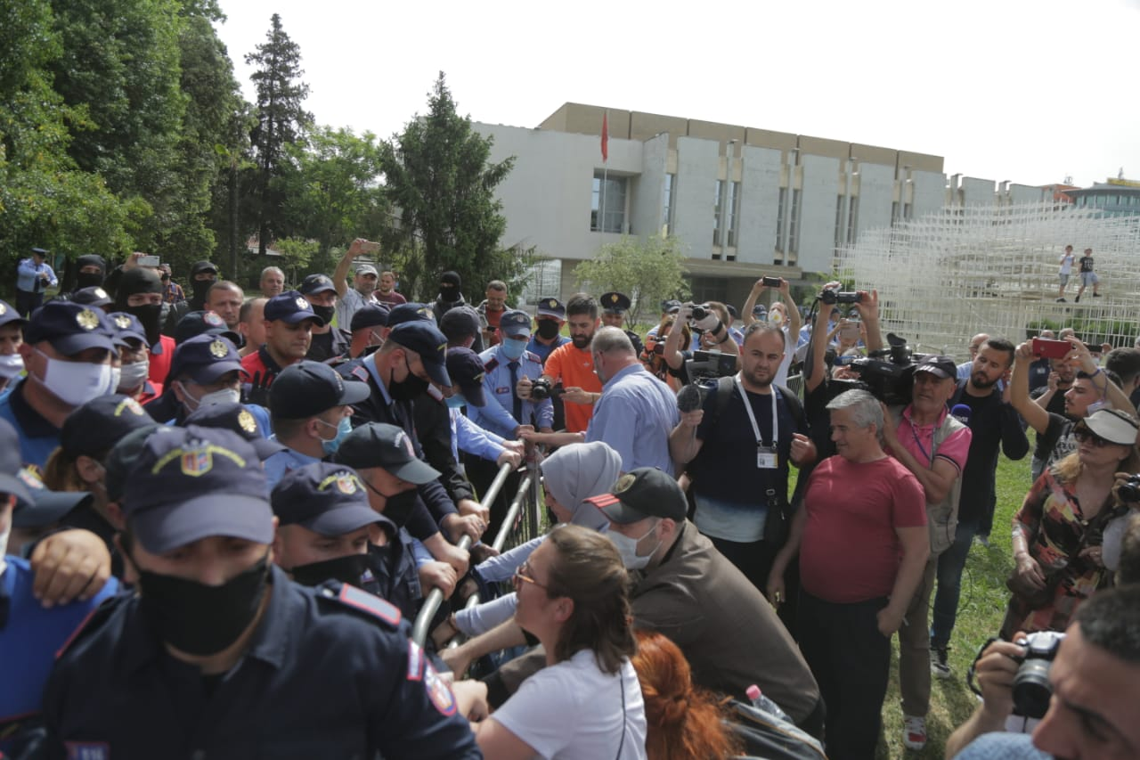 perplasja-protesta-Teatri-dhuna-policia-konfikti-goditjet (15)