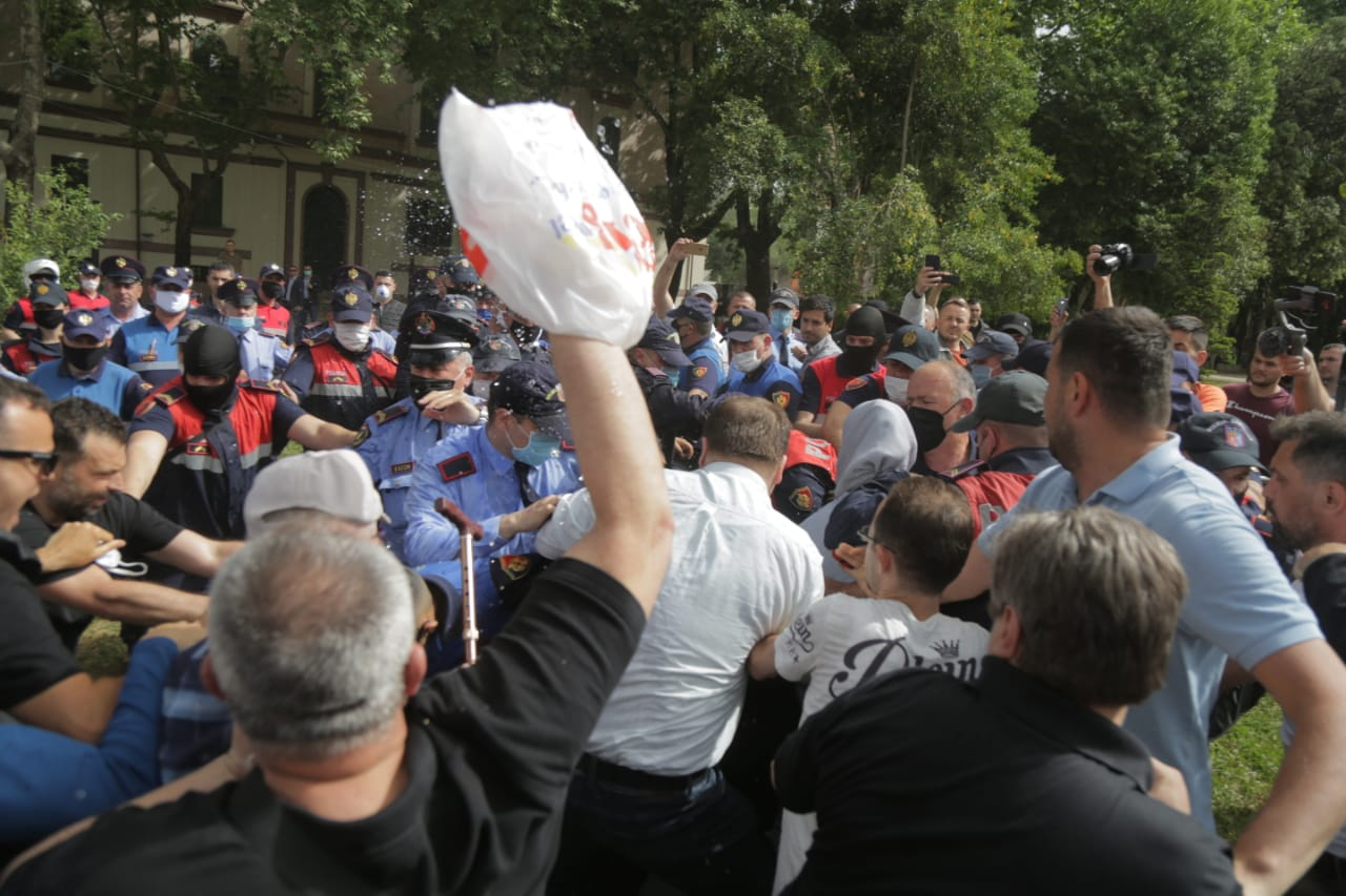 perplasja-protesta-Teatri-dhuna-policia-konfikti-goditjet (18)
