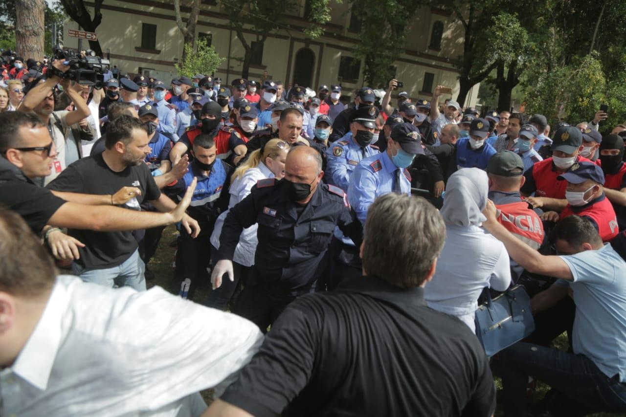 perplasja-protesta-Teatri-dhuna-policia-konfikti-goditjet (19)