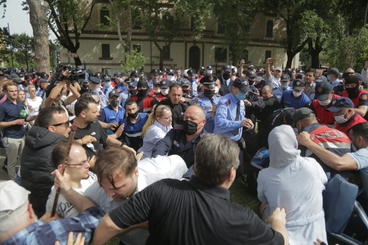 perplasja-protesta-Teatri-dhuna-policia-konfikti-goditjet (20)