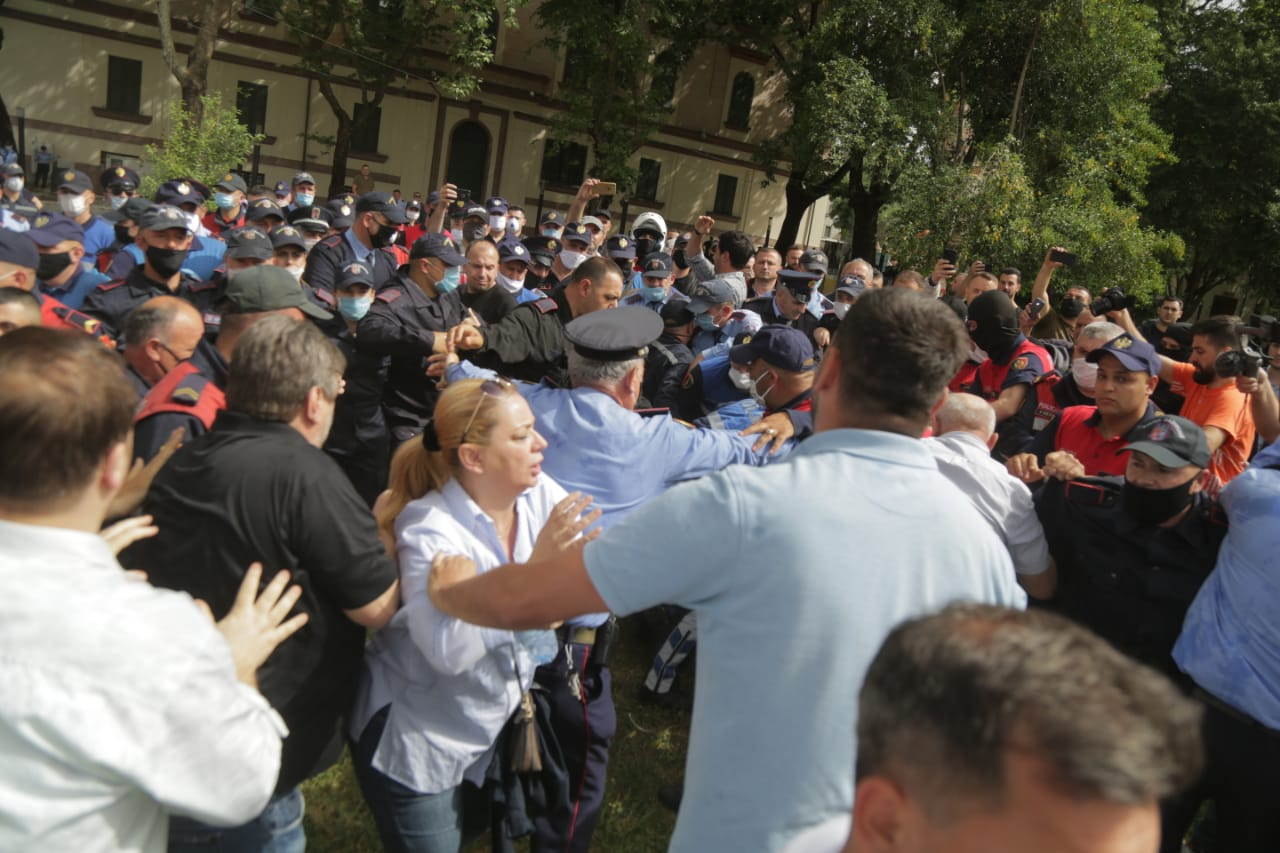 perplasja-protesta-Teatri-dhuna-policia-konfikti-goditjet (23)