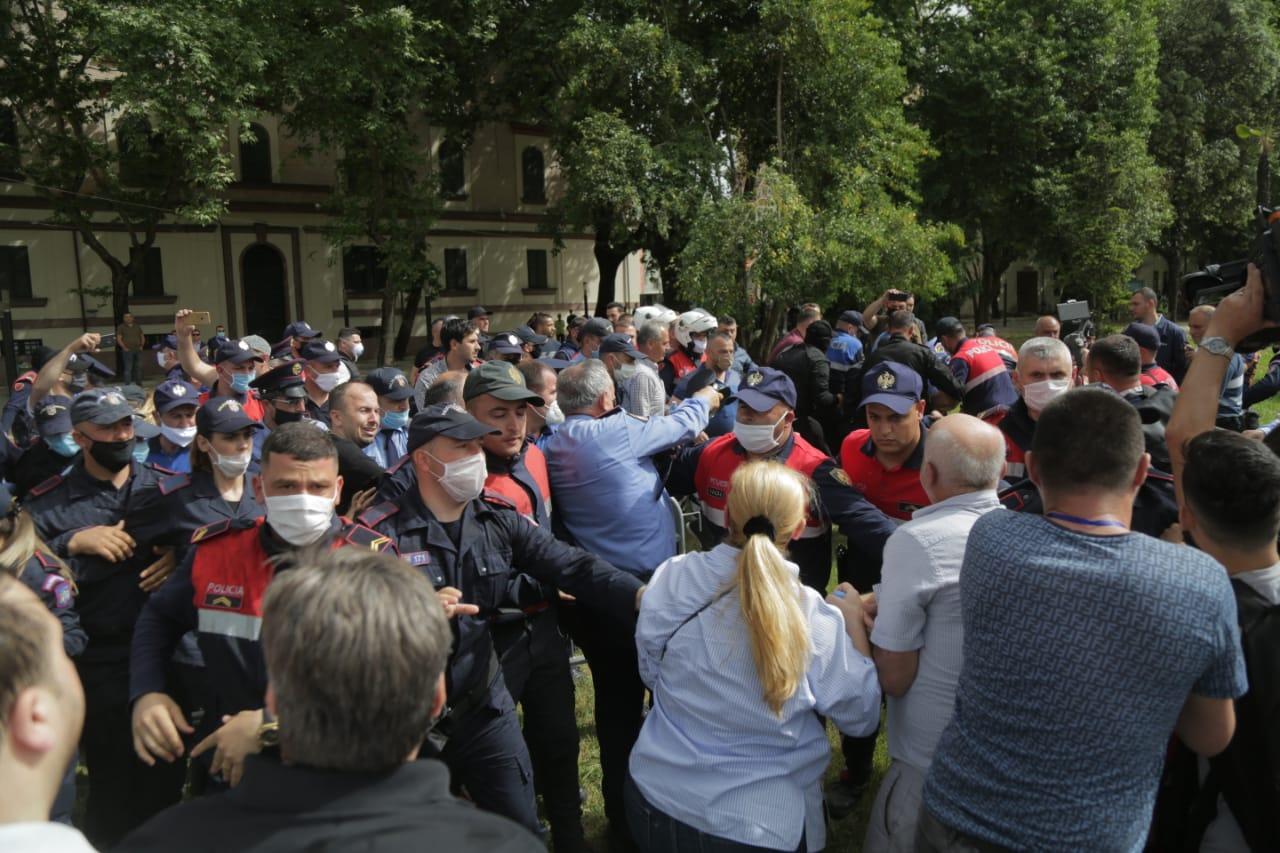 perplasja-protesta-Teatri-dhuna-policia-konfikti-goditjet (24)