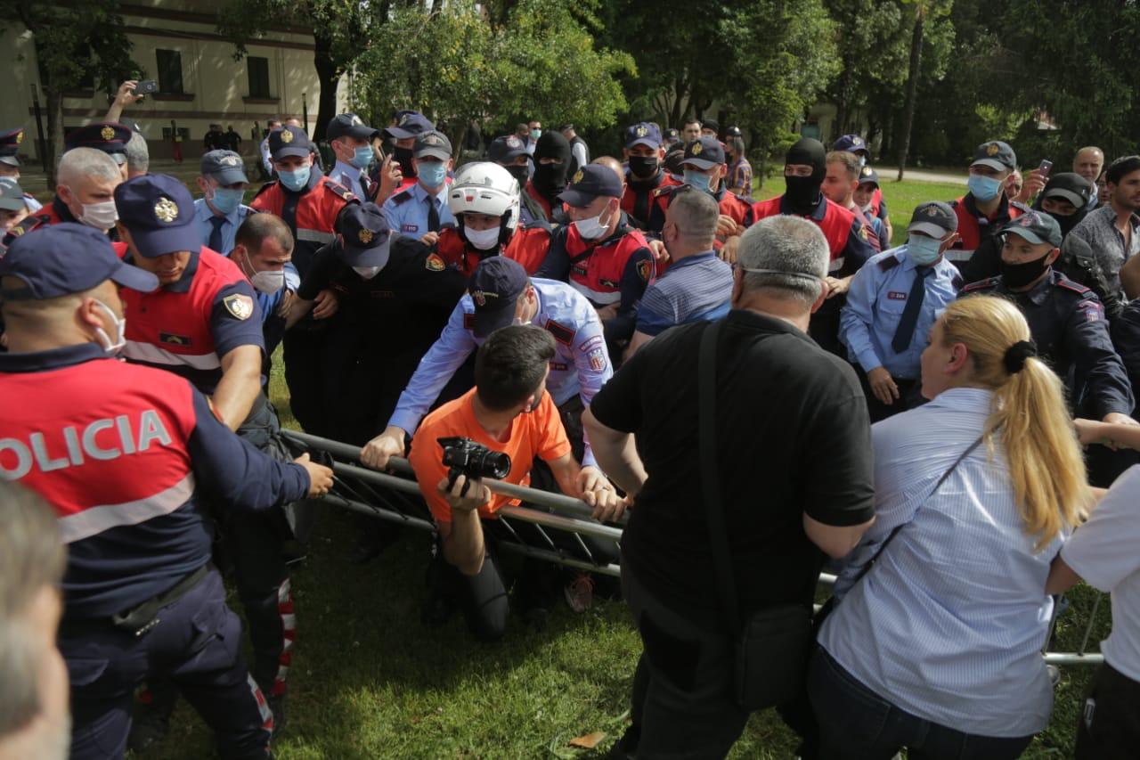 perplasja-protesta-Teatri-dhuna-policia-konfikti-goditjet (25)