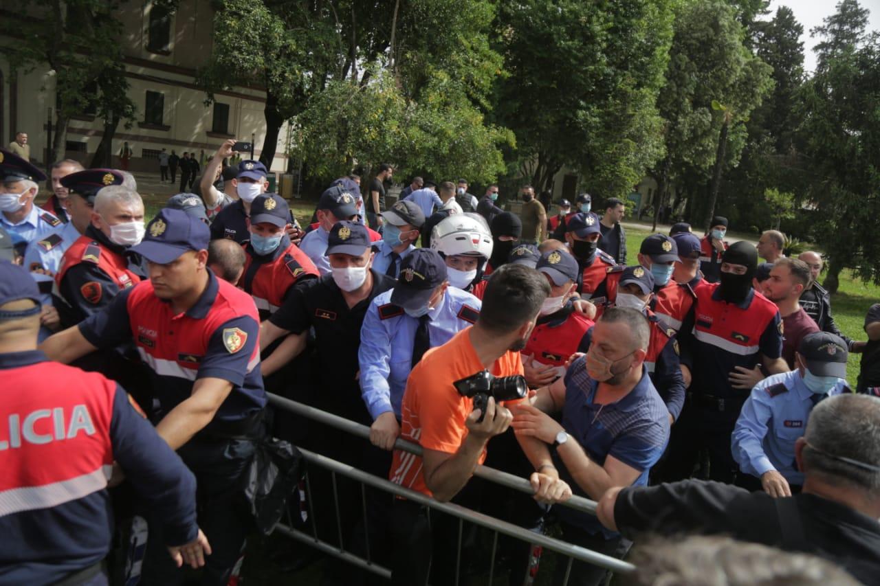 perplasja-protesta-Teatri-dhuna-policia-konfikti-goditjet (26)