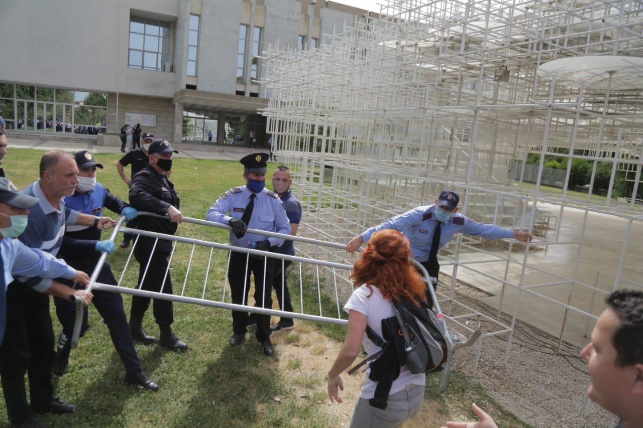 perplasja-protesta-Teatri-dhuna-policia-konfikti-goditjet (27)