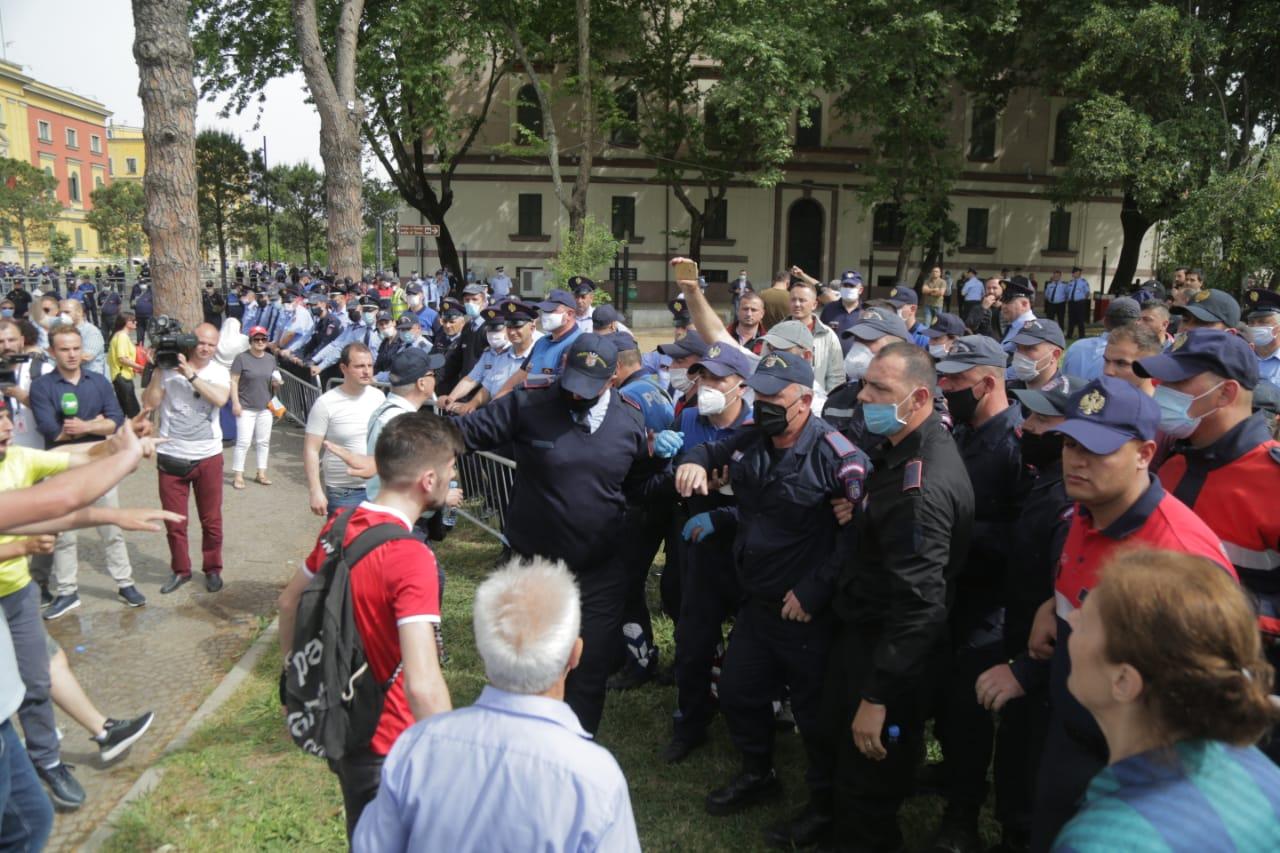perplasja-protesta-Teatri-dhuna-policia-konfikti-goditjet (28)