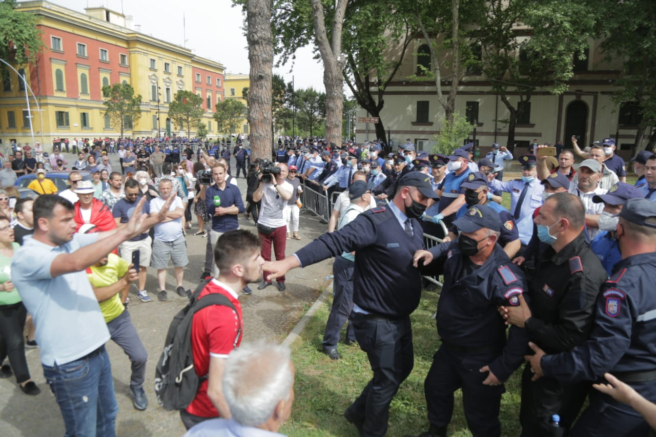 perplasja-protesta-Teatri-dhuna-policia-konfikti-goditjet (29)