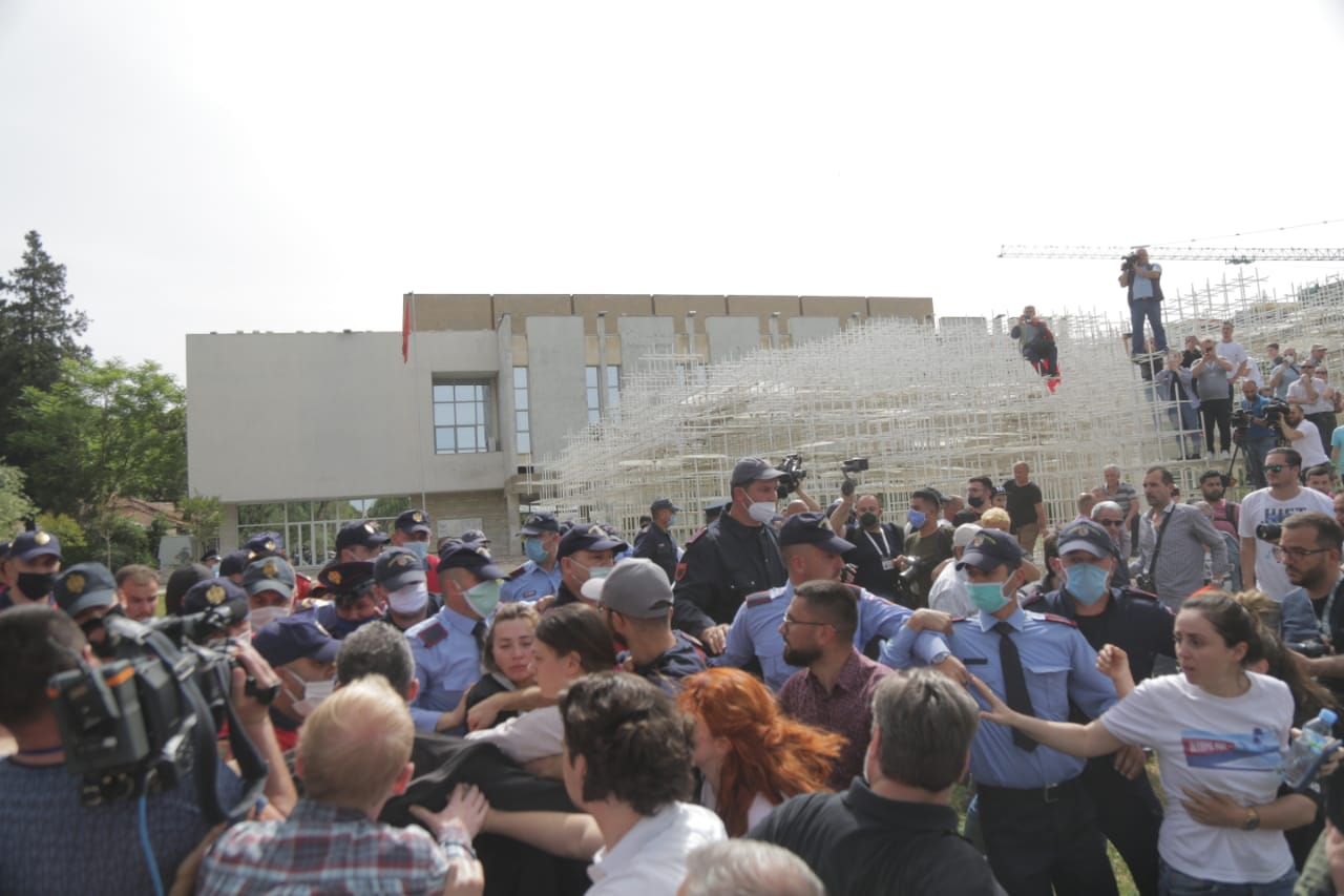 perplasja-protesta-Teatri-dhuna-policia-konfikti-goditjet (32)