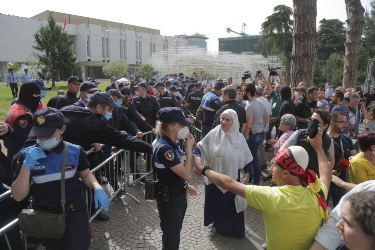 perplasja-protesta-Teatri-dhuna-policia-konfikti-goditjet (8)