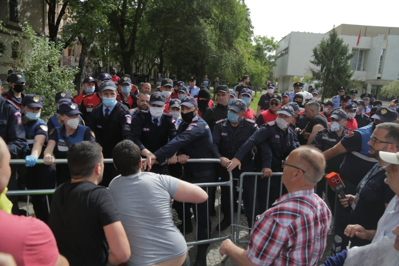 perplasja-protesta-Teatri-dhuna-policia-konfikti-goditjet (9)