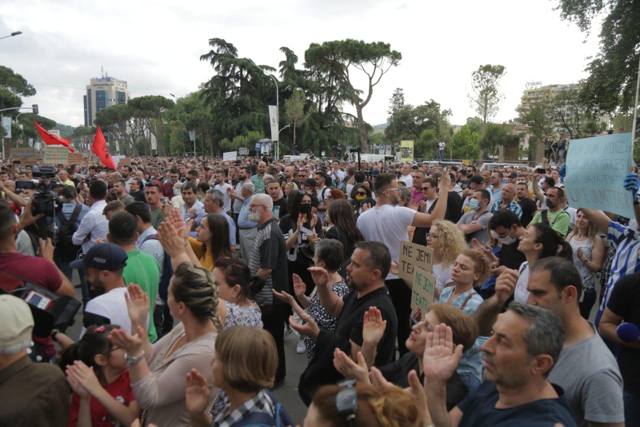 protesta-artistet-teatri-shembja-atmosfera-pankartat (27)