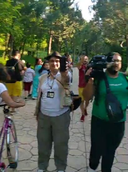Shoqëria civile çan rrethimin dhe hyn te Parku i Liqenit, përplasje me policinë. Pedagogu Erion Kristo: Po na racionohet ajri ooo