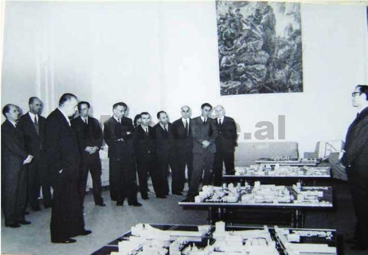 Enver-Hoxha-dhe-Byroja-Politike-duke-pare-maketin-rregullues-te-Tiranes-1975-1