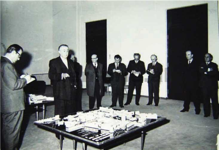 Enver-Hoxha-dhe-Byroja-Politike-duke-pare-maketin-rregullues-te-Tiranes-1975-3