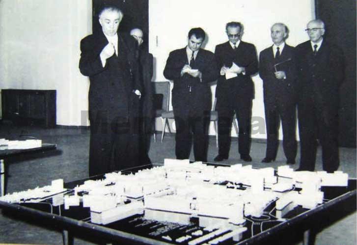 Enver-Hoxha-dhe-Byroja-Politike-duke-pare-maketin-rregullues-te-Tiranes-1975-4