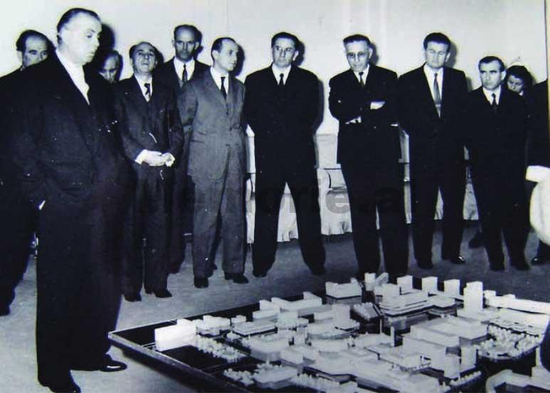 Enver-Hoxha-dhe-Byroja-Politike-duke-pare-maketin-rregullues-te-Tiranes-1975-5