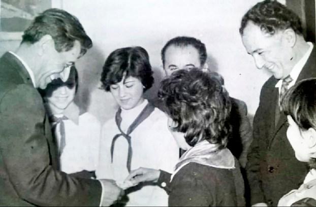 Ministri-i-Brendshem-Kadri-Hazbiu-dhe-Shefi-i-Sigurimit-te-Shtetit-Feçor-Shehu-duke-biseduar-me-pioneret.-Foto-e-viteve-70