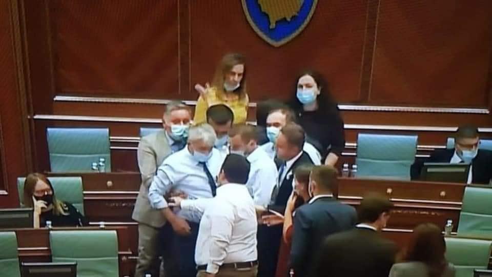 VIDEO  Deputeti i LDK së i vërsulet kryeparlamentares Vjosa Osmani