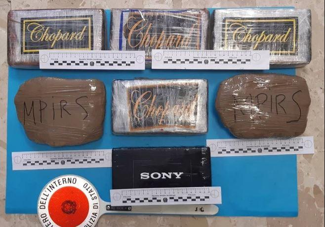 Shqiptarët kapen me 8 kg kokainë në makinën me targa polake. Brenda hapësirës me telekomandim u gjetën edhe
