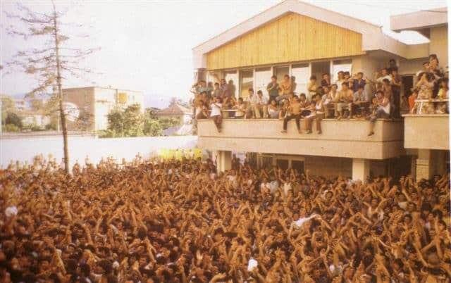 """2-Korrik-1990.-Hapja-e-Ambasadave-Dita-kur-shqiptarët-thyen-""""murin-e-tyre-të-Berlinit""""-Foto-Video-1"""