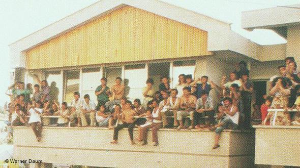 """2-Korrik-1990.-Hapja-e-Ambasadave-Dita-kur-shqiptarët-thyen-""""murin-e-tyre-të-Berlinit""""-Foto-Video-9"""