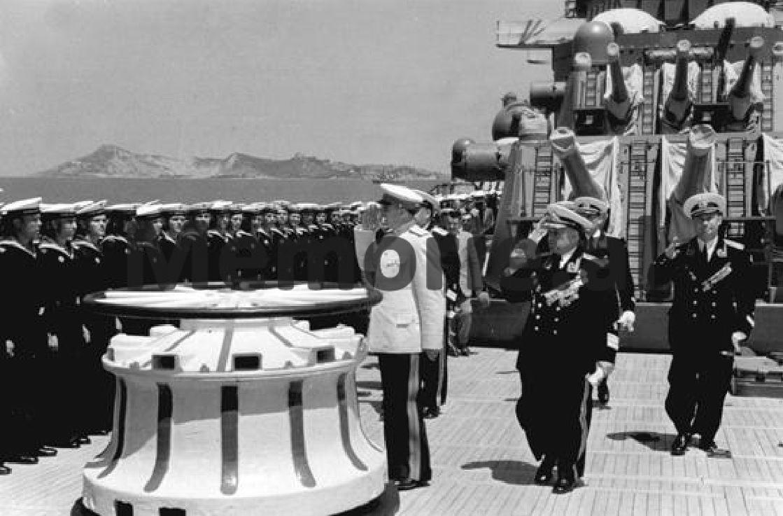 Enver-Hoxha-dhe-Byroja-Politike-duke-pershendetur-admiralin-Sergey-Gorshkov-ne-bordin-e-nje-lufte-anijeje-sovjetike-te-flotes-se-Detit-te-Zi-e-ankoruar-ne-Durres.-1954