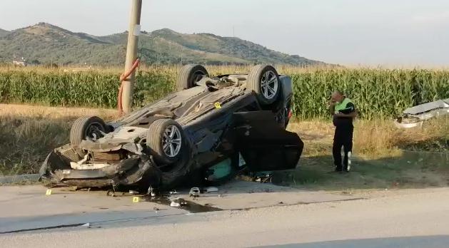 FOTO- Aksident i rëndë në Elbasan/ Përplasen dy makina, plagosen pesë persona, tre prej tyre rëndë. Detaje
