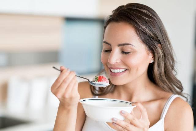 donna-con-yogurt