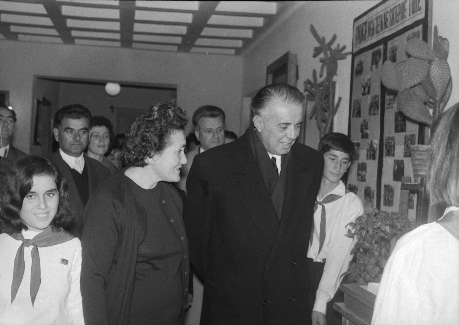 "VIZITA E UDHEHEQESIT KOMUNIST ENVER HOXHA NE SHTEPINE E FEMIJES ""8 NENTORI"" NE TIRANE, ME 23 NENTOR 1969, NR. 2"