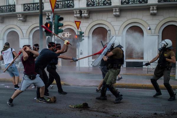 Protesta të dhunshme në Greqi  Kreu i opozitës  Qeveria po i paraprin asaj që do të ndodhë në vjeshtë me