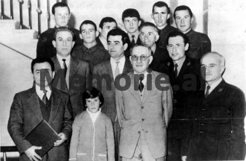Mehmet-Shehu-Simon-Stefani-Raqi-Iftica-Rexhep-Kolli-Nazar-Berberi-Xhule-Çiraku-se-bashku-me-nje-grup-kufitaresh-1980..bmp