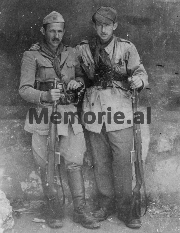 Mehmet-Shehu-dhe-Tuk-Jakova-komandanti-dhe-komisari-i-Brigades-se-I-ne-Vithkuq.-1943